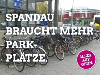 Vor dem Bahnhof Spandau gibt es zu wenig Stellplätze für die steigende Anzahl von Fahrrädern.
